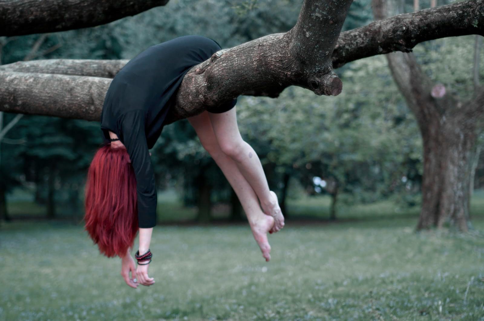 момиче виси на дърво