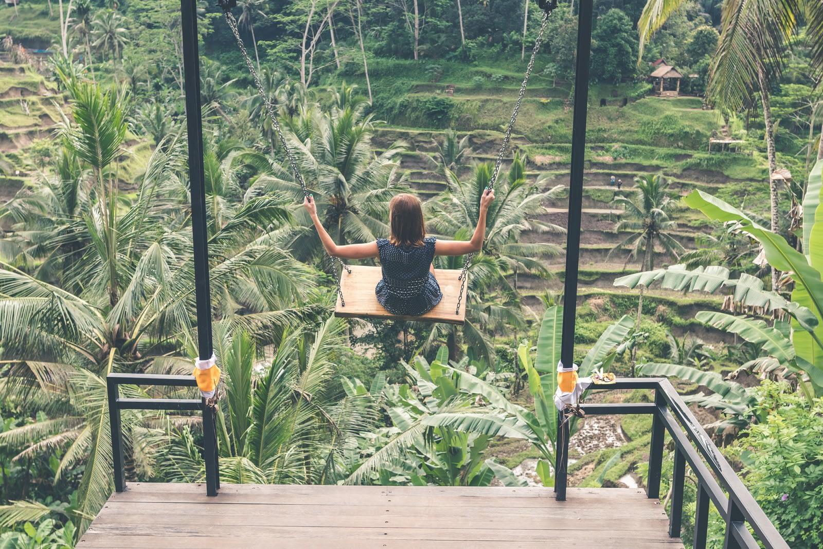 момиче на люлка в Бали