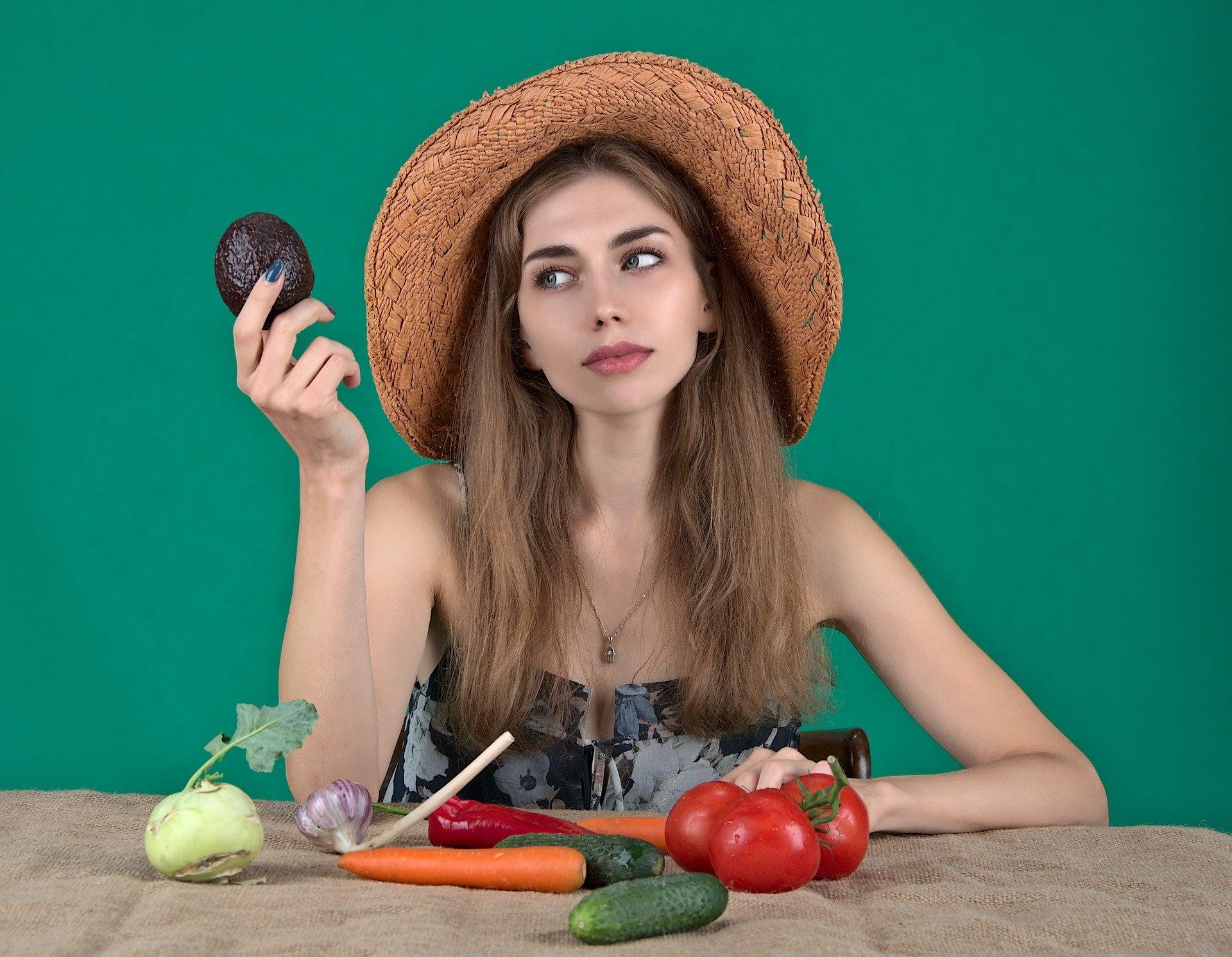 тъжно момиче със зеленчуци